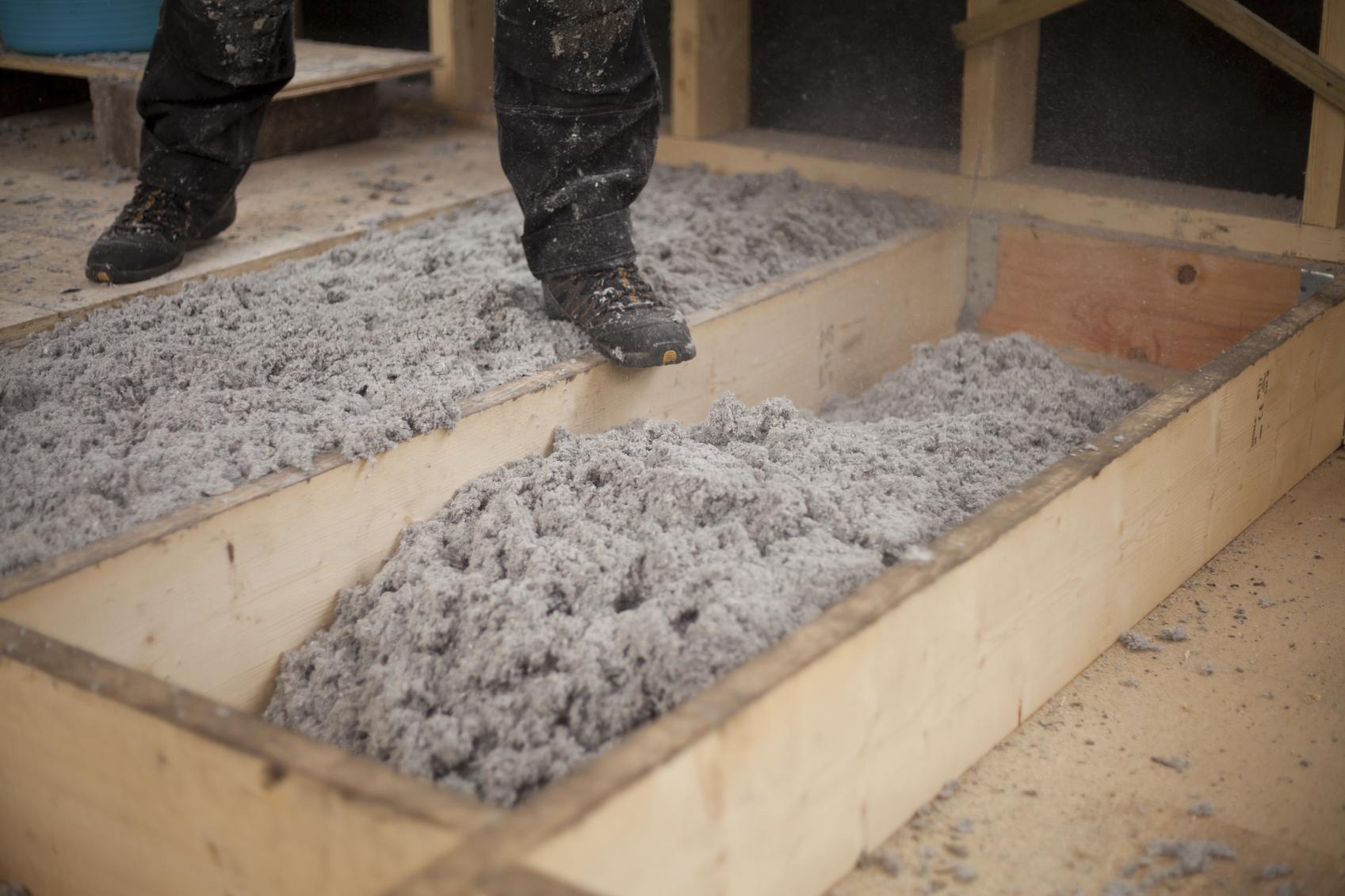Isolation du sol avec du papier recyclé